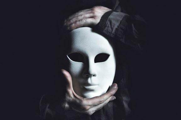 En kvinne med en hvit maske på - menneskelig ondskap