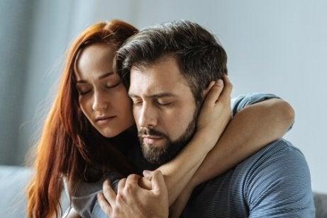 En mann og en kvinne holder hverandre tett med lukkede øyne