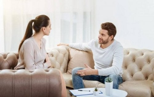 Par snakker i stuen.