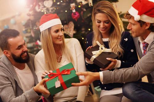 Par som åpner presanger juleaften.