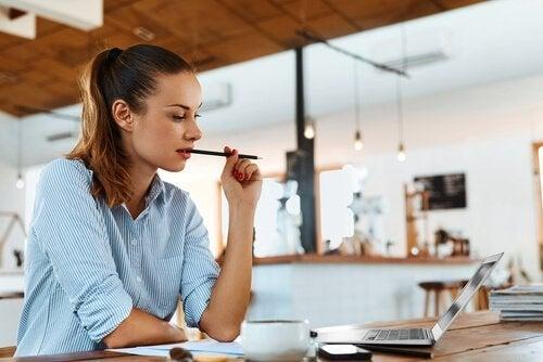 kvinne skriver en jobbsøknad