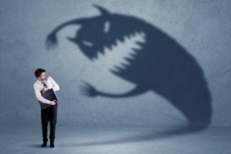 Et skyggemonster skremmer en forretningsmann - alle mennesker deler frykter