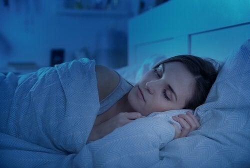 Å sove gjennom natten.