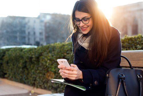 Kvinne med telefon driver med nettdating