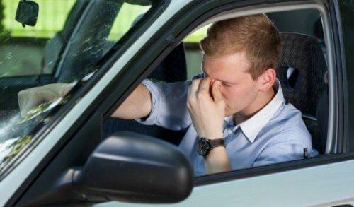 Trøtt mann i bil