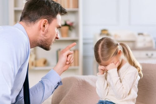 Streng far prøver å oppdra barn