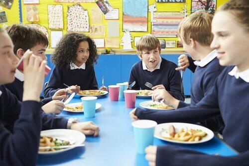Barn kan lære bordmanerer når de har kantine på skolen