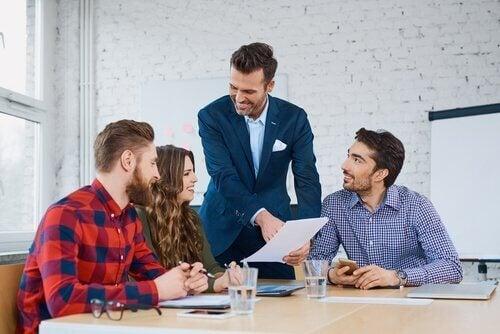 En god leder sosialiserer med sine kollegaer.