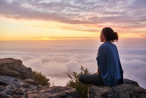 En kvinne på fjellet.