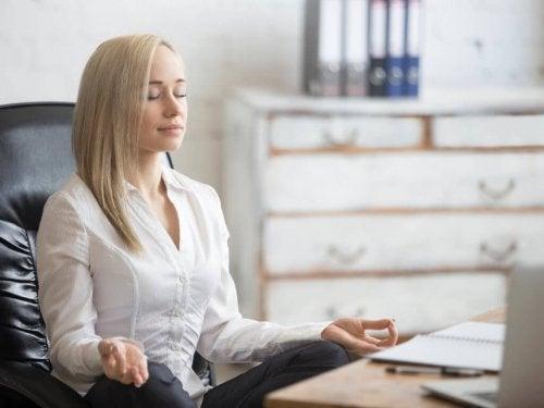 En kvinne som praktiserer stress-inokulasjonstrening