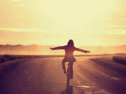 En kvinne sykler på en sti.
