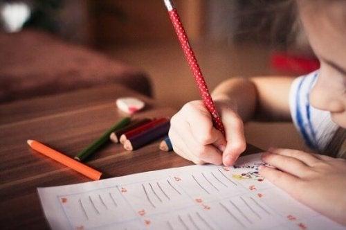 En liten jente som skriver.