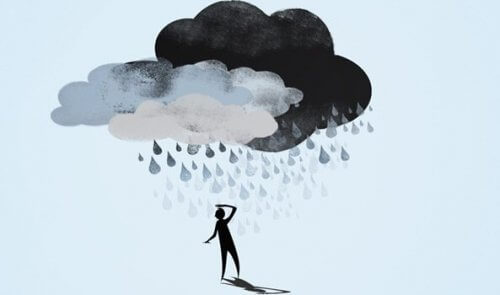En mann med en sky over hodet hans.