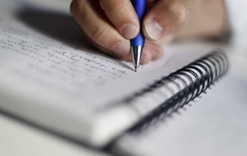 En person som skriver.