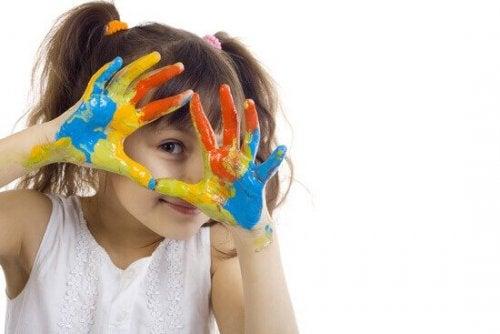 Et barn som praktiserer kunstterapi