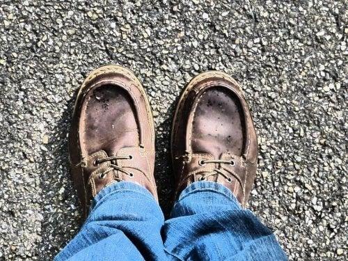 Et par ben med skinnsko på føttene.
