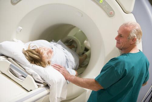 Kvinne får en CT-skanning