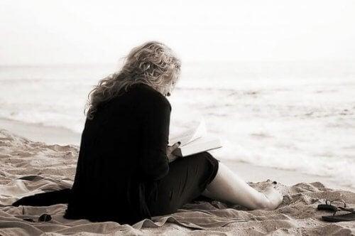 Kvinne leser.