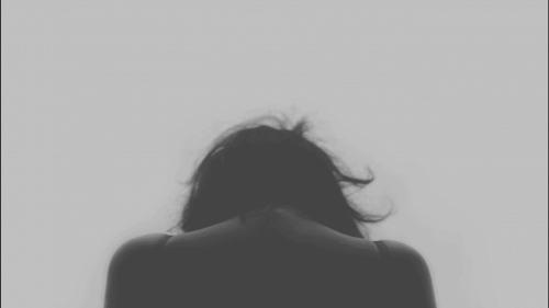 Kvinne ser ned.