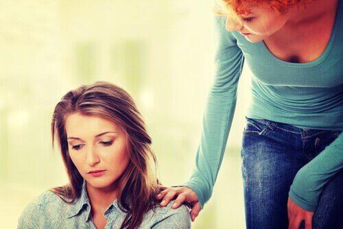 Kvinne som hjelper en venn.