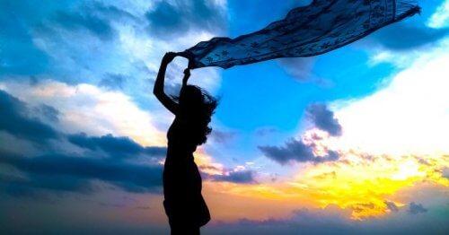 Kvinne som lever et liv av overflod.