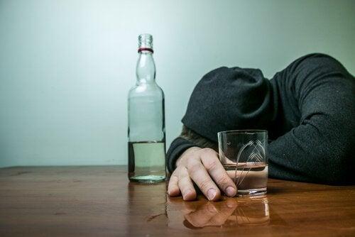 Mann med en flaske alkohol.