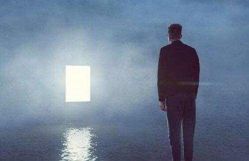 Mann ser på en dør i sjøen.