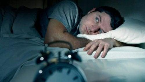 mann i sengen
