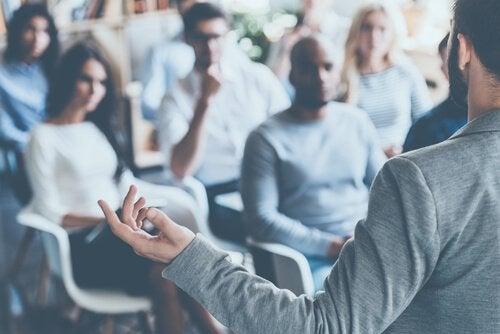 Råd for å tale med selvsikkerhet foran et publikum
