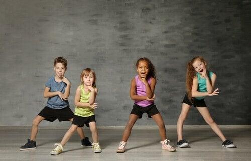 Små barn danser i kunstterapi