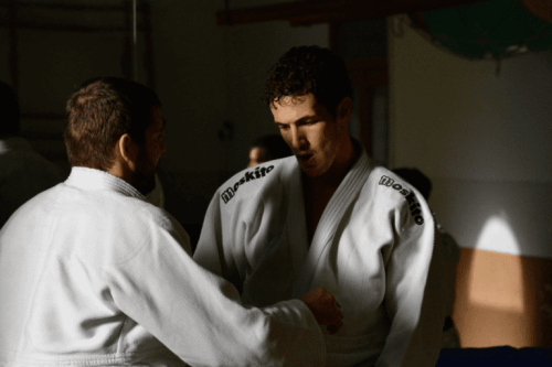 To svette karer trener karate.
