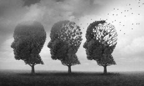 Tre trær i form av hoder