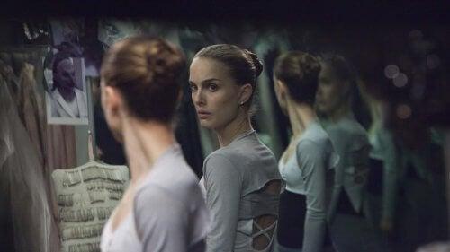 Ballerina ser seg selv i speilet.