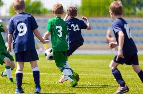 Barn som spiller fotball.