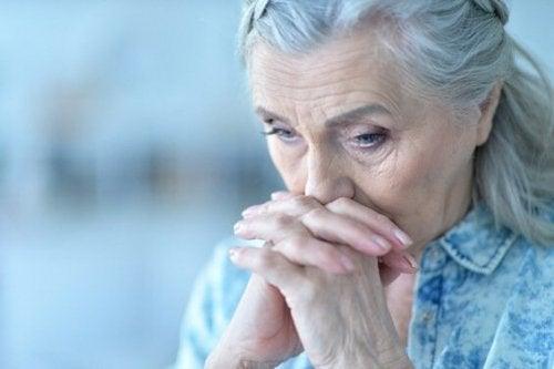 bekymret eldre kvinne