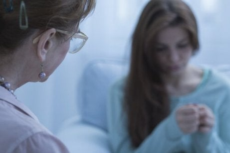 En bekymret kvinnelig pasient med en helsepersonell