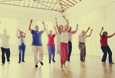 En gruppe eldre mennesker i en danseklasse