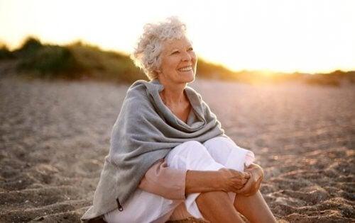 Eldre kvinne på stranden - emosjonell intelligens hos eldre