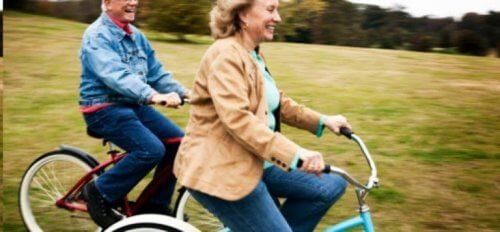 eldre mennesker på sykkel