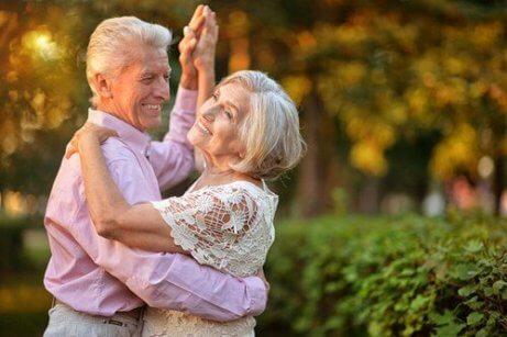 En eldre mann og kvinne danser sammen og viser fordelene med å danse i alderdommen