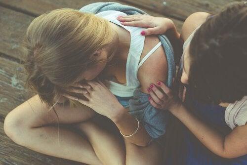 en jente som trøster sin venn