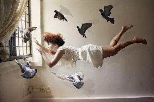 Svevende verdier, kvinne med duer.