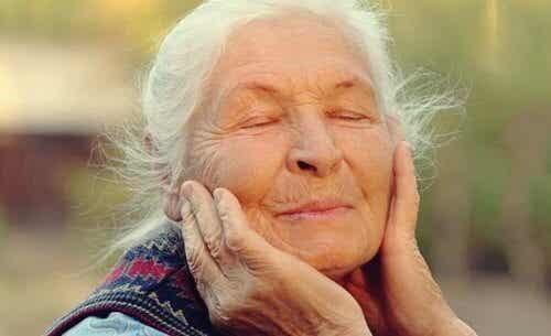 Å regulere våre følelser i alderdommen: Nøkkelen til velvære