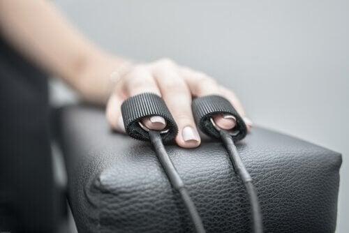 Hånd som blir testet av polygrafen.