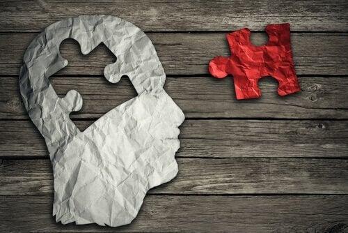 Hjerne i form av et puslespill.