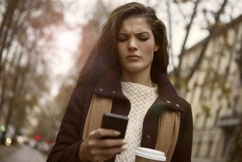 Jente som ser på mobilen.