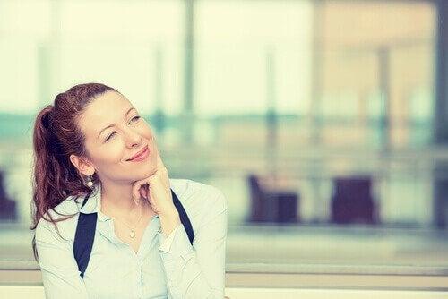 Jente som tenker positivt.