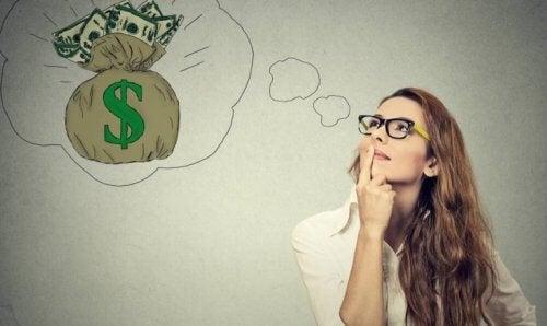 Kvinne drømmer om penger
