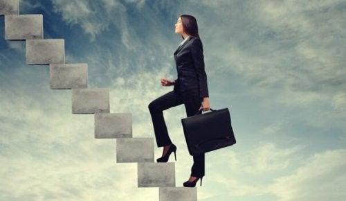 En forretningskvinne med ambisjon om å klatre i karriærestigen