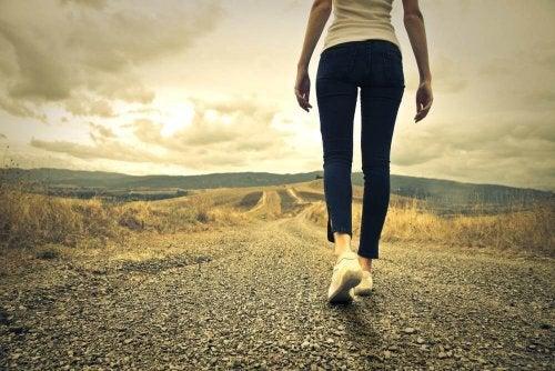 kvinne går